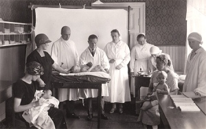 "The Finnish ""neuvola"", i.e. maternity clinic system, was created in the 1920s and helped to drastically lowed the child and maternal mortality rate in Finland. Courtesy of Arvo Ylppö Foundation: http://www.ylppo.fi/galleria"