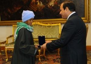 Sisa Abu Daooh receives motherhood award from Egyptian president Abdel Fatah al-Sisi